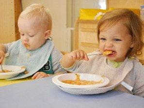 Baby's aan het eten